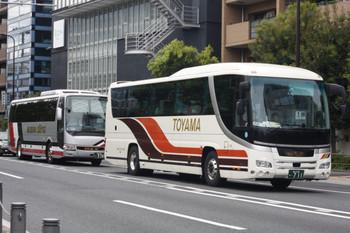 2018年8月16日、高田馬場駅近くの新目白通り、富山地方鉄道と越後交通の高速バス。