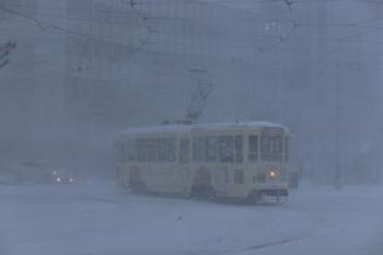 2017年12月12日 8時12分ころ、函館駅前、720の湯の川ゆき。吹雪いていたのだと思います。