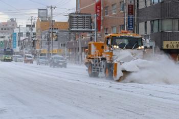 2017年12月12日 8時32分ころ、函館駅前、ササラ電車ではなくてトラックが除雪してました。