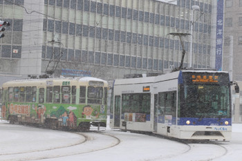 2017年12月12日 8時42分ころ、函館駅前、ノンステップ車の9502・駒場車庫前ゆきと721の函館どっく前ゆきがすれ違い。