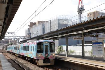 2018年8月19日 8時29分ころ、東長崎、2番ホームを通過する4009Fの下り臨時列車。右手のクレーンは元スーパー西友の建て替え工事。