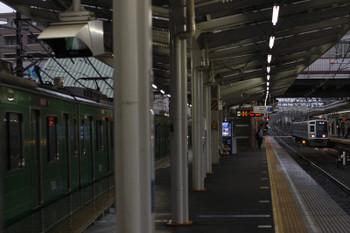 2018年8月24日5時35分、清瀬、4番ホームの東急5122F(左)と2番ホームへ到着する6113Fの上り回送列車。