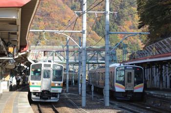 2018年11月12日、水上、新前橋へ折り返す211系3+3連(左)と長岡へ向かうE129系2+2連。