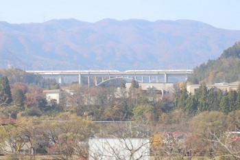 2018年11月12日、後閑〜上牧、下り列車から見えた上越新幹線。