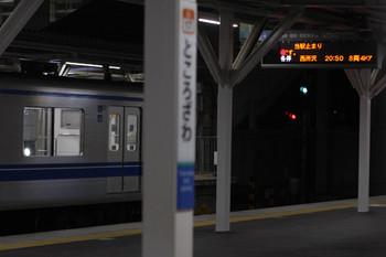 2018年10月12日 20時38分ころ、所沢、4番ホームの発車案内。「当駅止まり」と「各停 西所沢 20:50 8両4ドア」。