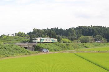 2018年7月27日 13時26分ころ、横倉〜岡、槻木ゆきの2連。右奥に横倉駅が見えます。駅前では大型トラックが丸太の積み込みをしてました。