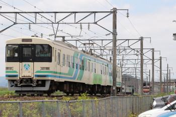 2018年7月27日 10時49分ころ、梁川、福島から到着した2連が車庫に入るところです。奥に国鉄色(旧・交直流色?)の417系1両が見えます。