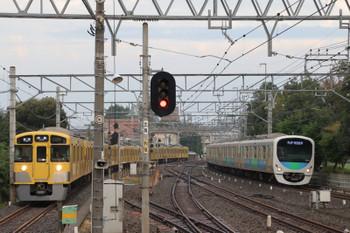 2018年10月17日、小平、38106Fの5804レ(右)と1番ホームへ逆線到着する2095F+2453Fの上り回送列車(すでに折り返し5409レの表示)。