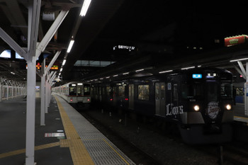 2018年10月20日 18時10分ころ、所沢、9108Fの快速 池袋ゆき(7070レ)と、2155レ(左端)を追い抜く4011F+4001F(中央奥)の下り回送列車。