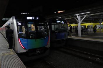 2018年10月20日 18時21分ころ、所沢、20153Fの各停 清瀬ゆき(中央)と40103FのS-Train 403レ、そして38105F(ぐでたま)の新宿線 5636レ。
