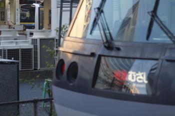 2018年10月22日 6時21分、池袋、到着した西武池袋線2レ(手前)とJR池袋駅に見える暴走のE209系。