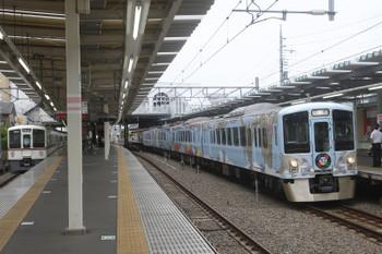 2017年6月18日、保谷、3番ホームに到着する4009Fの上り回送列車(右)と4000系の1001レ。