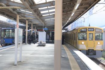 2018年11月10日 9時52分ころ、新所沢、5803レで1番ホームへ到着後に下り方へ回送される2059F(右)。「各停 新所沢」表示のまま回送されることが多いようでした。左は発車を待つ20155Fの会場ゆき臨時列車。