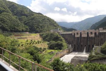 2018年9月9日10時0分ころ、アプトいちしろ~長島ダム、線路の右にダムの堰堤が見えました。水はこのあたりで直角に曲がり右手の下流へと流れていました。