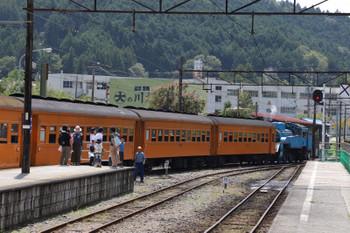 2018年9月9日 12時21分ころ、千頭、「きかんしゃトーマス」が金谷方に連結され客車を金谷方へ引き上げてから左端のホームへ転線してました。この後、もう1本SL列車が千頭駅へ到着します。