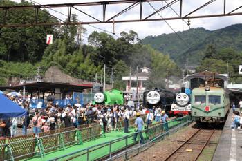 2018年9月9日 12時34分ころ、千頭、3両が並んだコスプレ蒸機と元・南海電車。