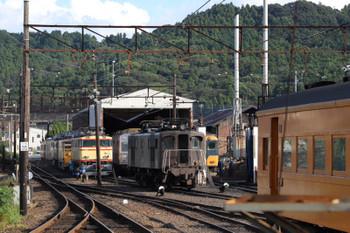 2018年9月9日 16時14分ころ、新金谷、車庫には元・西武や元・東急、元・京阪の車両も見えました。