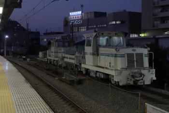 2018年11月17日、東長崎、保守用車の側線に止まるトロッコ列車。枕木など、新品の資材が載っているようでした。