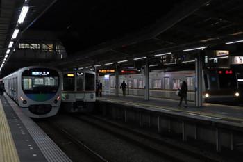 2018年11月17日 18時3分ころ、小手指、右からメトロ7004Fの上り回送列車(77S運用に見えました、この時間帯は本来ならば石神井公園で折り返しな運用)、4011Fほかの2002レ、30分ほど遅れの3201レ?