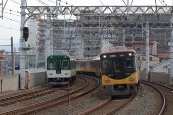 2018年10月5日 8時34分、西三荘、8000系の淀屋橋ゆき「ライナー」列車と2400系の樟葉ゆき区間急行のすれ違い。