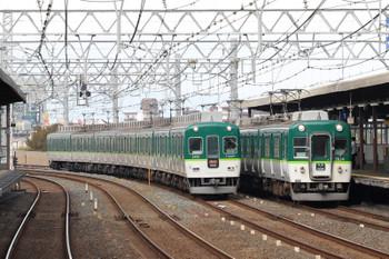 2018年10月5日 9時20分、西三荘、京都方面へ向かう2400系の急行と2600系の普通が並走。