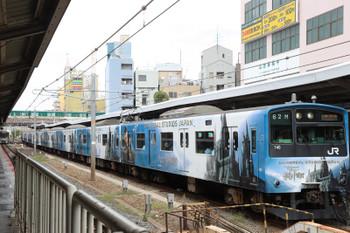 2018年10月5日 10時30分ころ、京橋、USJ車体広告の201系。奥の緑色の帯は京阪電車。