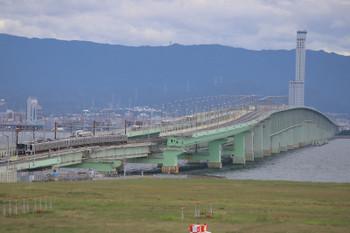 2018年10月5日 13時50分ころ、りんくうタウン~関西空港、南海8300系ほかとJR225系のすれ違い。南海のほうが編成は長いです。