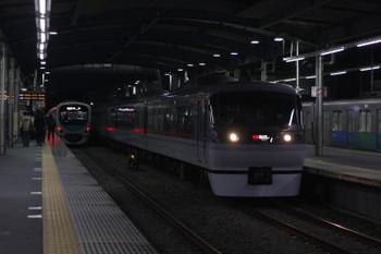 2018年12月7日、ひばりヶ丘、60レに追い抜かれる38103F+32102Fの上り回送列車(右端)。