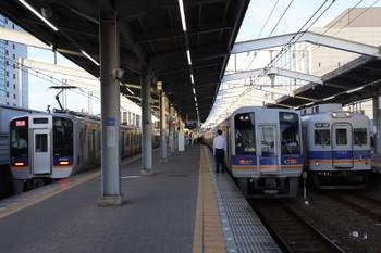 2018年10月5日 17時6分、堺、左から8300系が最後尾の急行(左)と1000系の普通の上り列車と、下りの7100系の普通。
