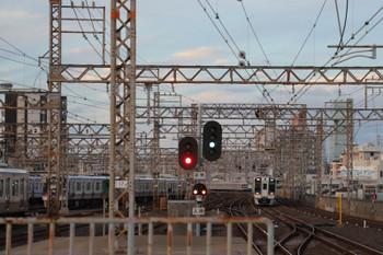 2018年10月5日 17時23分ころ、住之江、右から8300系を先頭にした急行と7100系の普通の下り列車2本。左側は車庫です。