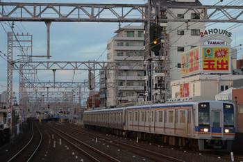 2018年10月5日 17時29分、住吉大社、1000系が先頭の下り普通列車が到着。