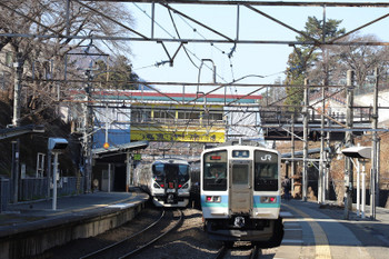 2018年12月25日、甲斐大和、211系の普通をE257系の特急が追い越し。どちらも下り列車です。