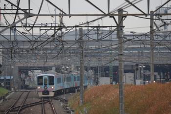 2018年12月23日 11時17分ころ、所沢、4番ホームから新宿線・上りへ入る4009Fのクリスマストレイン。右奥は9108F(ライオンズ)の2117レ。