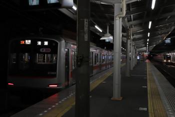 2018年12月26日 5時35分ころ、清瀬、4番ホームに止まる東急5163Fと2番ホームへ到着する6158Fの上り回送列車。