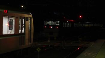 2018年12月28日 19時10分ころ、仏子、中線に停車中のメトロ10033F(手前)と通過した44レ(右奥)。