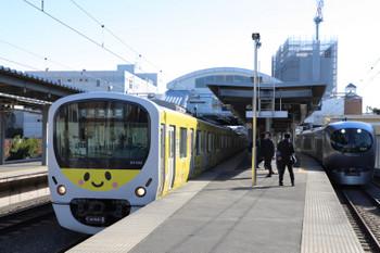 2018年12月24日、東長崎、38105Fの5445レと001系の下り試運転列車。