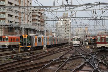 2018年10月6日 7時38分、尼崎、阪神・山陽・近鉄の車両が並びました。