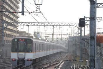 2018年10月6日 8時0分ころ、尼崎、雨の中を発車した近鉄車両10連の快速急行 奈良ゆき。