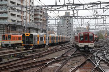 2018年10月6日 8時35分ころ、尼崎、神戸方。赤い近鉄電車が三宮へ向かいました。