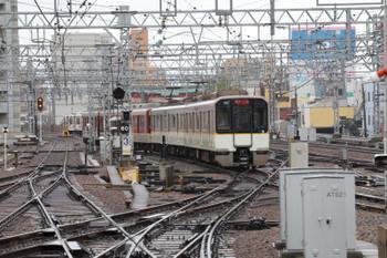 2018年10月6日 8時37分ころ、尼崎、上の写真の近鉄電車は赤・白混結でした。
