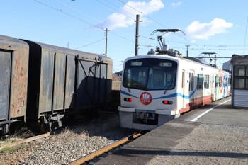 2019年1月2日 10時13分ころ、上州福島、最新型7000系の高崎ゆきと放置されてる?貨車。。