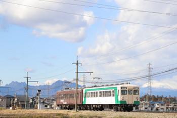 2019年1月2日 12時24分ころ、西吉井~吉井、(<-高崎)205+204の高崎ゆき。右奥に見える白い山は浅間山でしょうか。