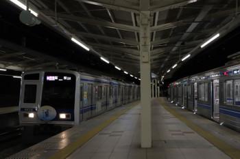 2019年1月1日、入間市、6110Fの4149レに追いついた6151Fの1717レ(左)。