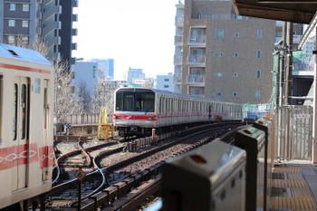 2019年1月4日 11時25分ころ、後楽園、池袋ゆきの電車(左端)と、1本が使用停止で1本は電車が止まる電留線。