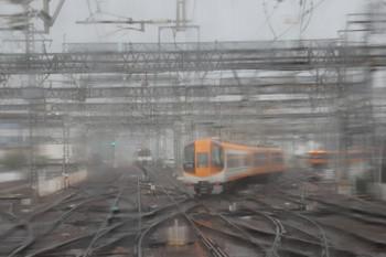 2018年10月6日 10時20分ころ、大和西大寺、駅の東側。南へ向かう特急が先発。奈良から到着の列車も足止め。