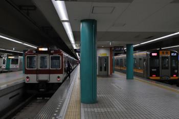 2018年10月6日 10時55分ころ、奈良、左から京都市交10系の急行 国際会館ゆき・近鉄車両の急行 大阪難波ゆき・阪神9000系の快速急行 神戸三宮ゆき。