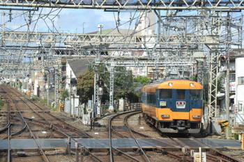 2018年10月6日 11時8分ころ、大和西大寺、京都方面から到着する橿原神宮前ゆき特急。ヘッドマークは「吉野連絡」。