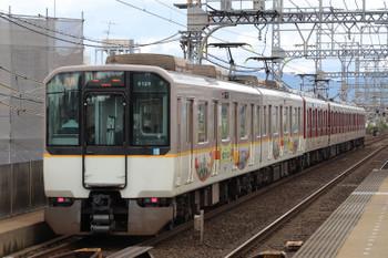 2018年10月6日 12時28分ころ、伏見、混色編成の急行 京都ゆき。手前は志摩スペイン村の車体広告だったと思います。