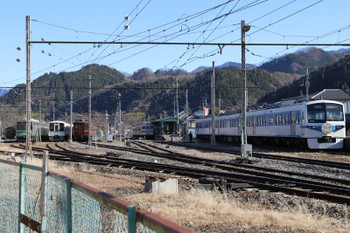 2019年1月3日、三峰口、左奥に転車台に載った蒸機が見えます。右端は「開運」ヘッドマークを付けた6000系の6201ほか。