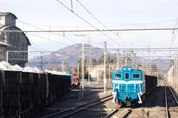 2021年1月3日 14時14分頃。武州原谷。寄居、長瀞と目撃したデキ301牽引の下り貨物列車(右)と、鉱石を満載して連なる貨車(左)。下り列車の車内から。
